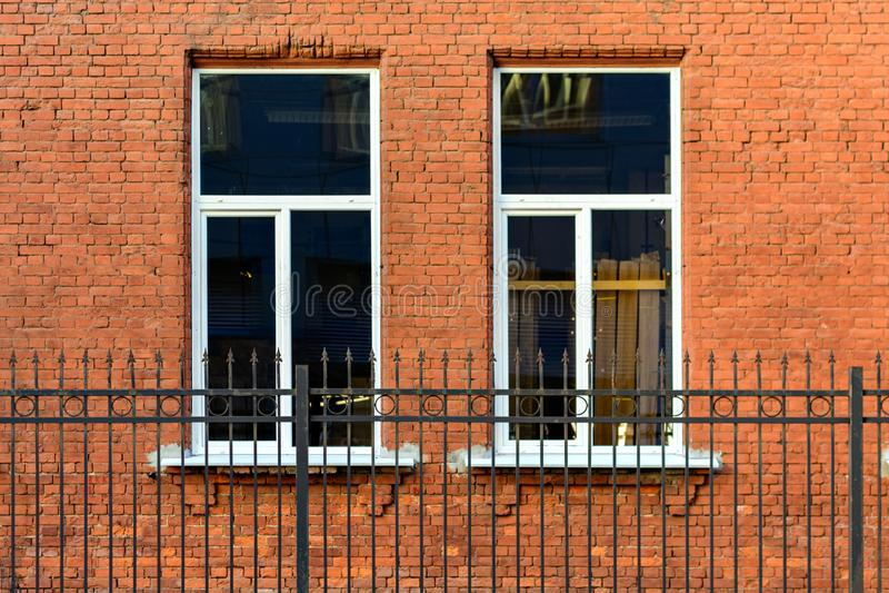 Deux fenêtres sur le mur photographie stock libre de droits