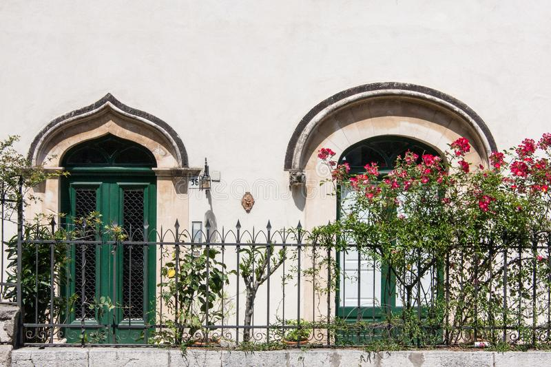 Deux fenêtres, Taormina, Sicile photos stock