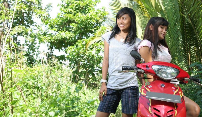 Deux fille et vélo image stock