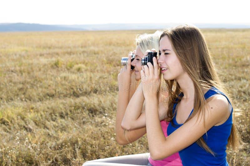 Deux filles à l'extérieur, meilleurs amis photo stock