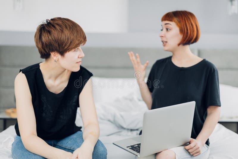 Deux filles émotives discutant le problème commercial à la maison image libre de droits