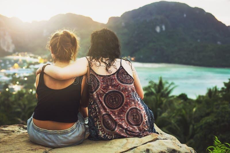Deux filles admirant la vue de la montagne image stock