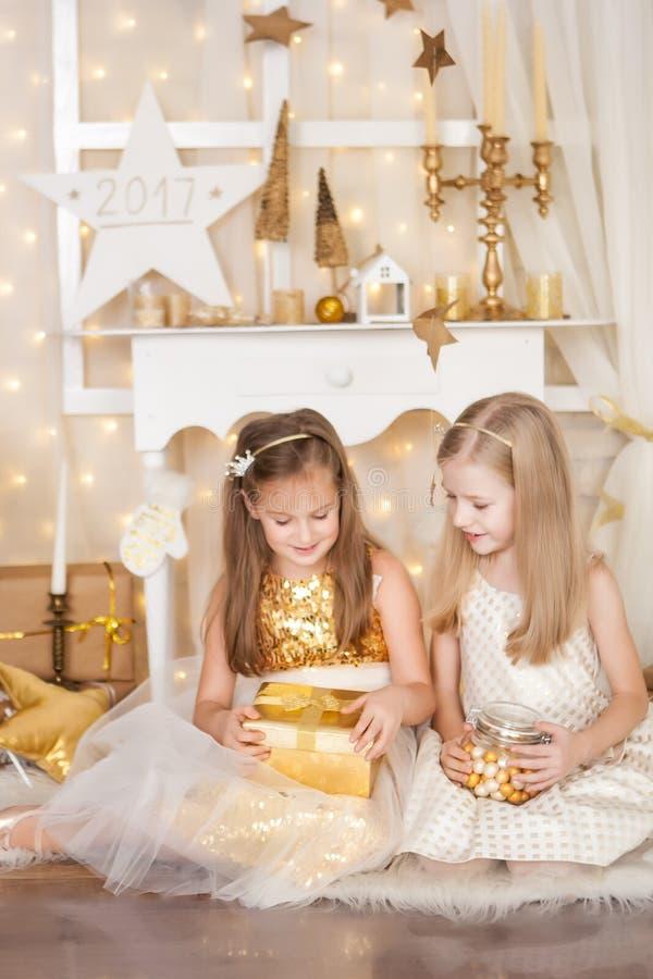 Deux filles avec des cadeaux de Noël photo libre de droits