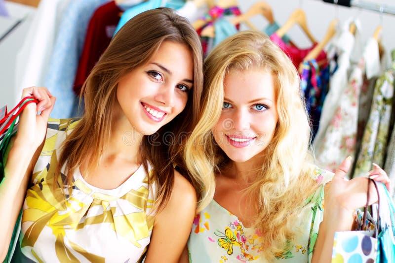 Deux filles avec des sacs à provisions image stock