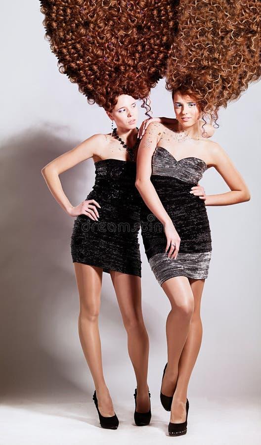 Deux filles avec la coiffure bouclée photos libres de droits