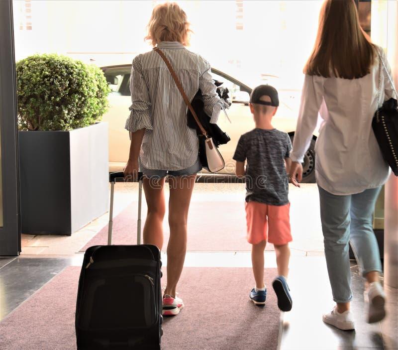 Deux filles avec une valise et un garçon images libres de droits
