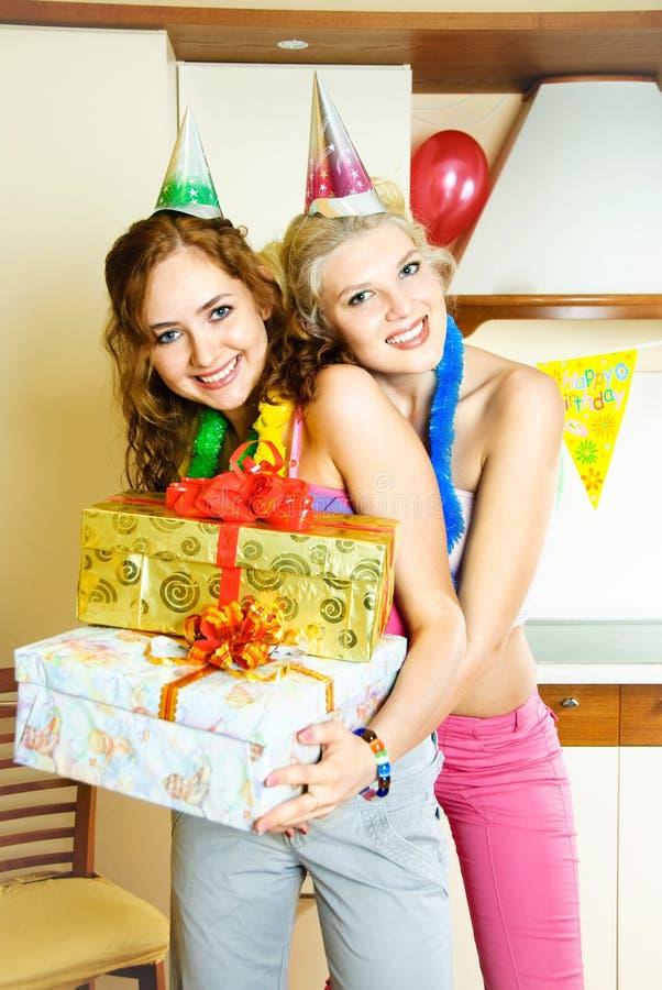 Deux filles célébrant l'anniversaire photographie stock libre de droits