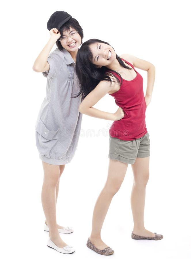 Deux filles chinoises asiatiques d'adolescent ayant l'amusement photographie stock libre de droits