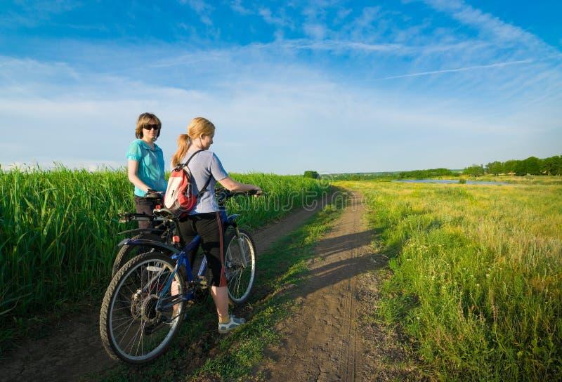 Deux filles détendent faire du vélo photographie stock libre de droits