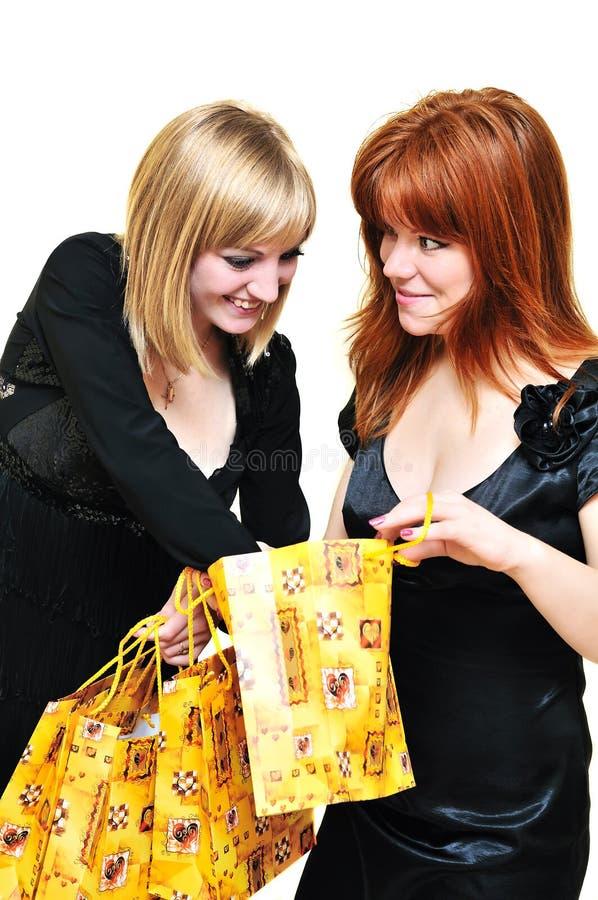 Deux filles d'achats curieuses photos stock