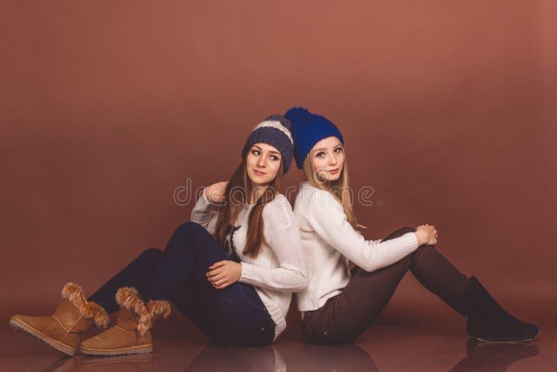 Deux filles d'adolescent dans des vêtements chauds images libres de droits