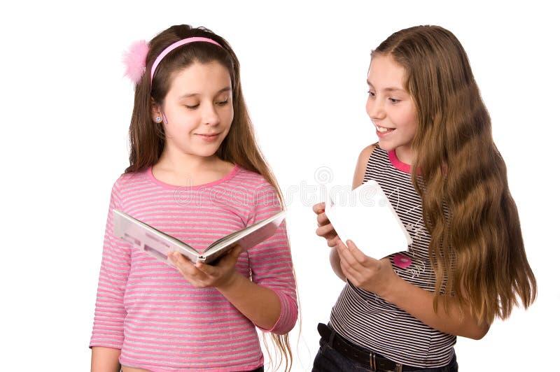 Deux filles dans l'âge de dix et d'onze s'affichant image libre de droits