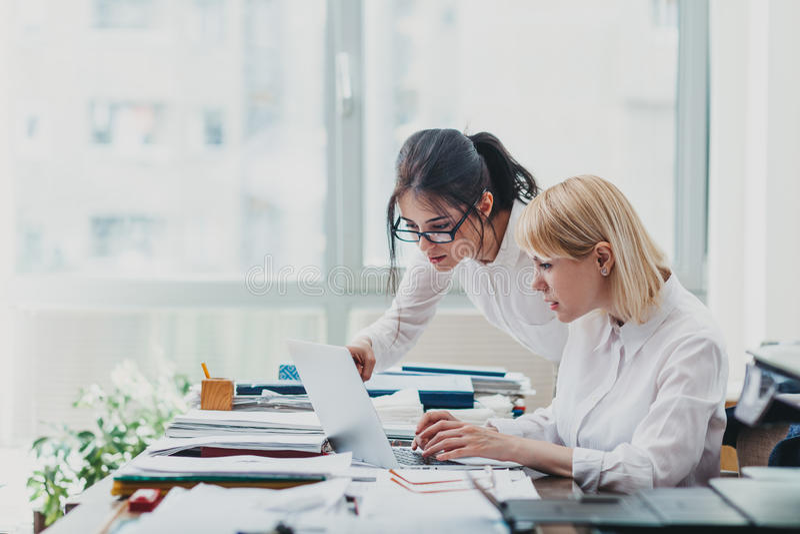 Deux filles dans le bureau images stock