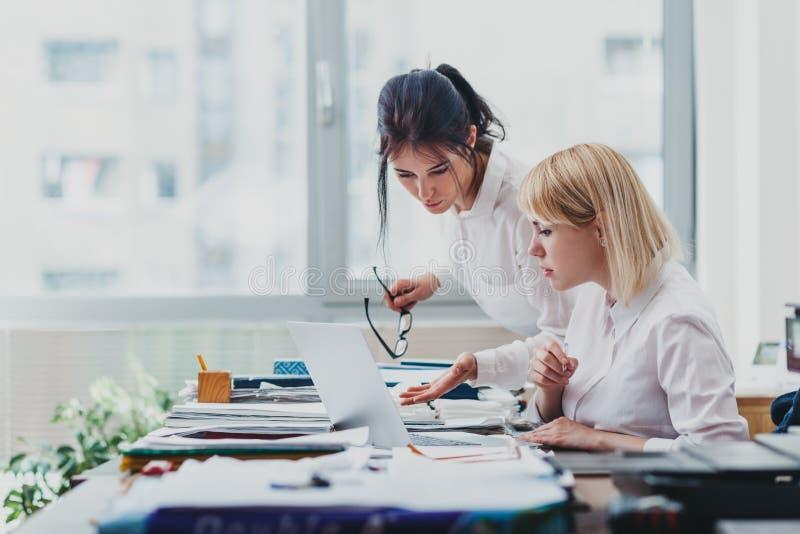 Deux filles dans le bureau image libre de droits