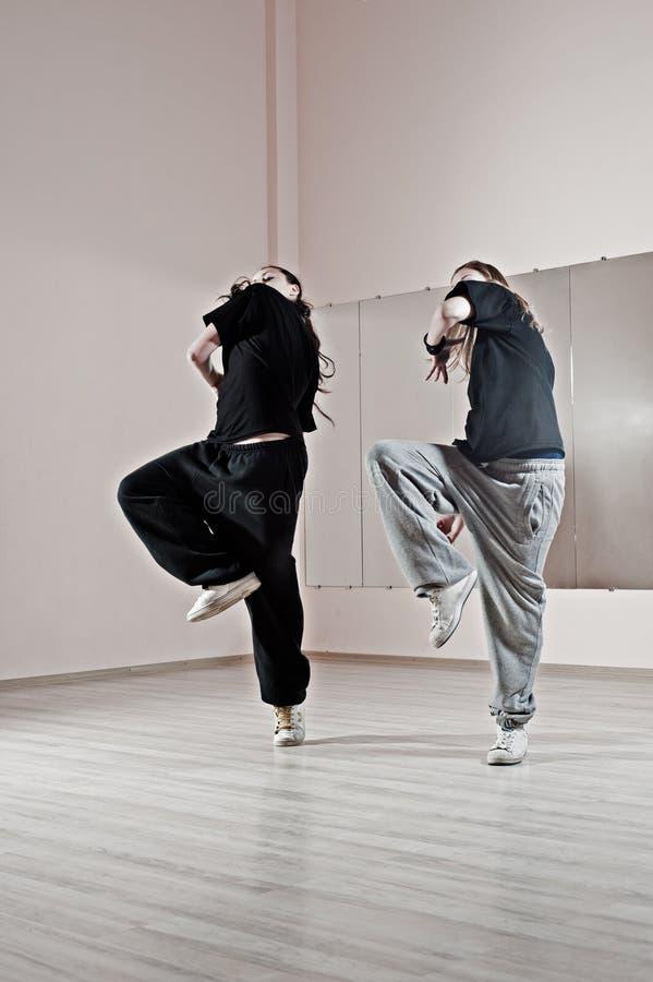 Deux filles dansant de manière synchrone photographie stock libre de droits