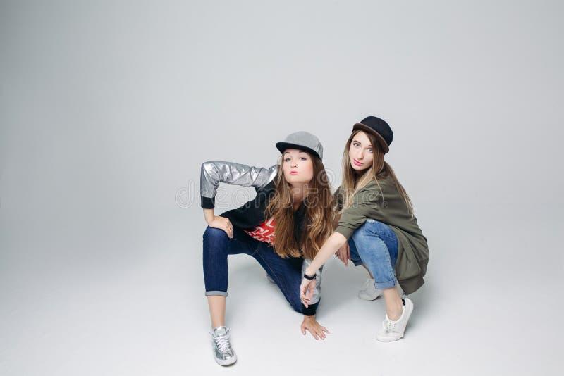 Deux filles de danse élégantes au studio photos libres de droits