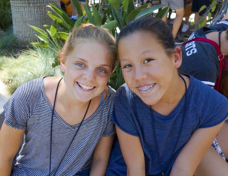 Deux filles de sourire mignonnes photo libre de droits
