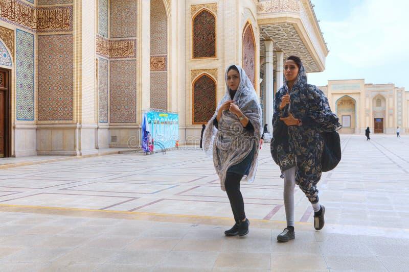 Deux filles iraniennes à la mode traversent la cour intérieure du MOIS photographie stock libre de droits