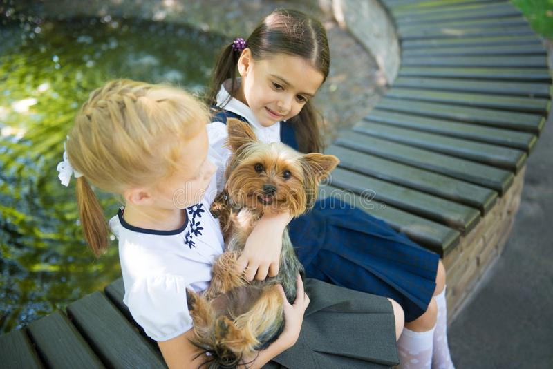 Deux filles jouant avec un chien image libre de droits
