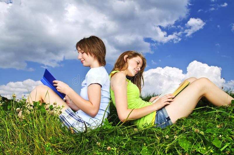 Deux filles lisant dehors en été image libre de droits