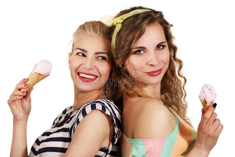 Deux filles mangeant la crème glacée  images stock