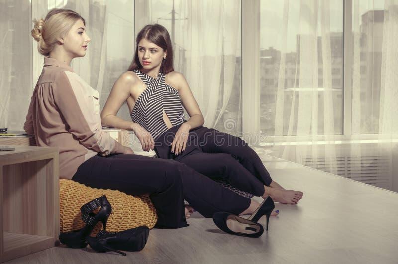 Deux filles parlant dans une atmosphère informelle image libre de droits