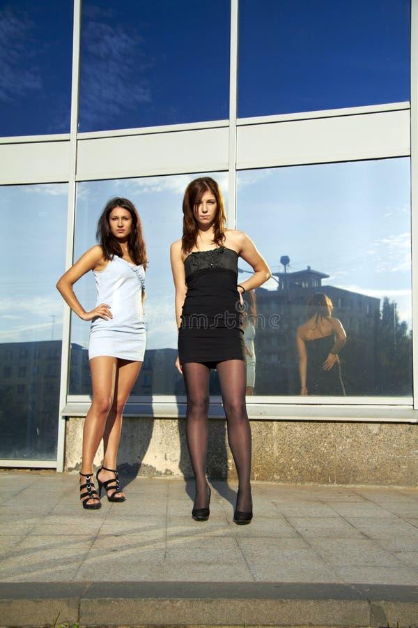 Deux filles reste et regarde le visualisateur photo libre de droits