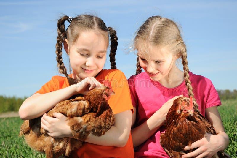Deux filles retenant des poulets photo libre de droits