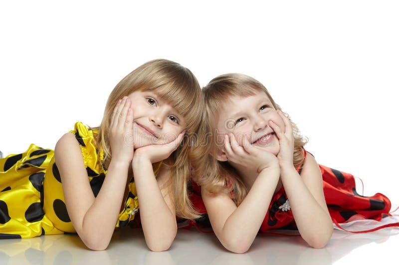 Deux filles se trouvant sur l'étage image libre de droits