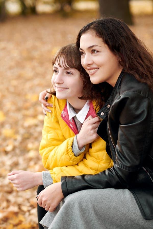 Deux filles sont en parc de ville d'automne image libre de droits