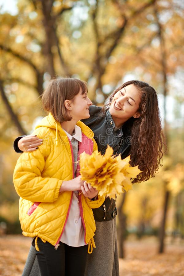Deux filles sont en parc de ville d'automne images stock