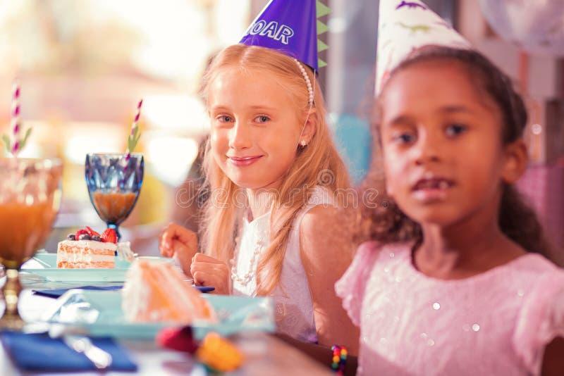 Deux filles vous regardant tout en étant à la fête d'anniversaire photos libres de droits