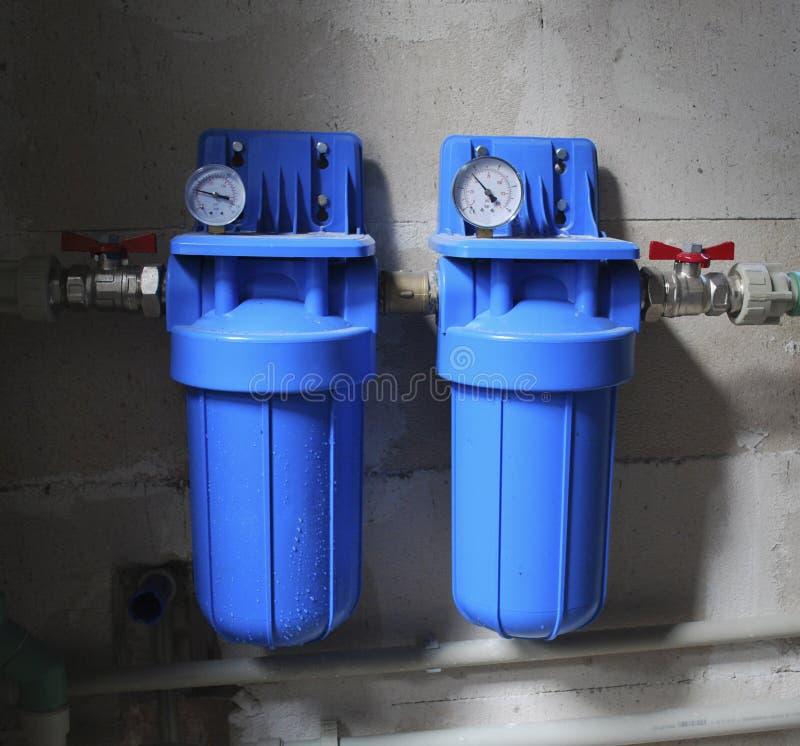 Deux filtres bleus d'aqua avec le mètre de pression photos libres de droits