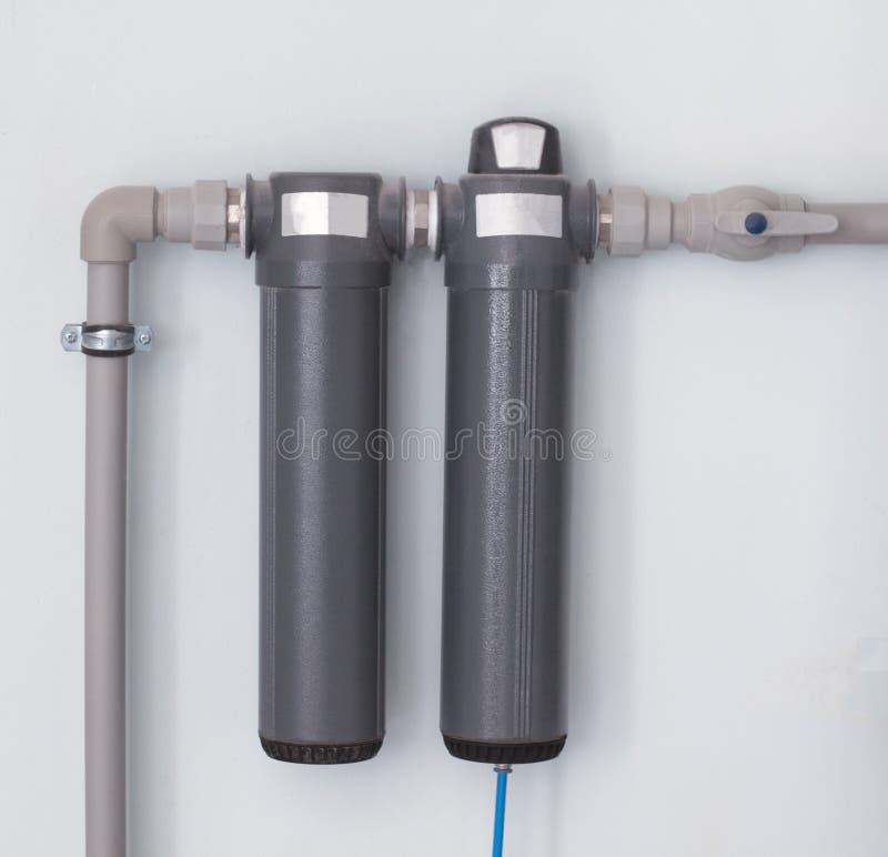 Deux filtres d'eau modernes pour nettoyer un grand nombre d'eau, filtres d'eau sont situés sur le mur, plan rapproché, filtre d'e photos libres de droits
