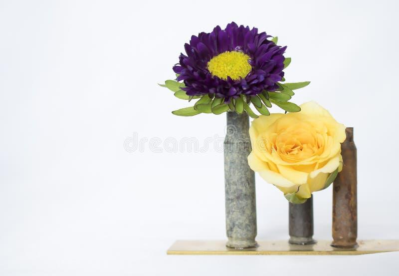 Deux fleurs lumineuses dans des enveloppes de balle de vintage sur le fond blanc images libres de droits