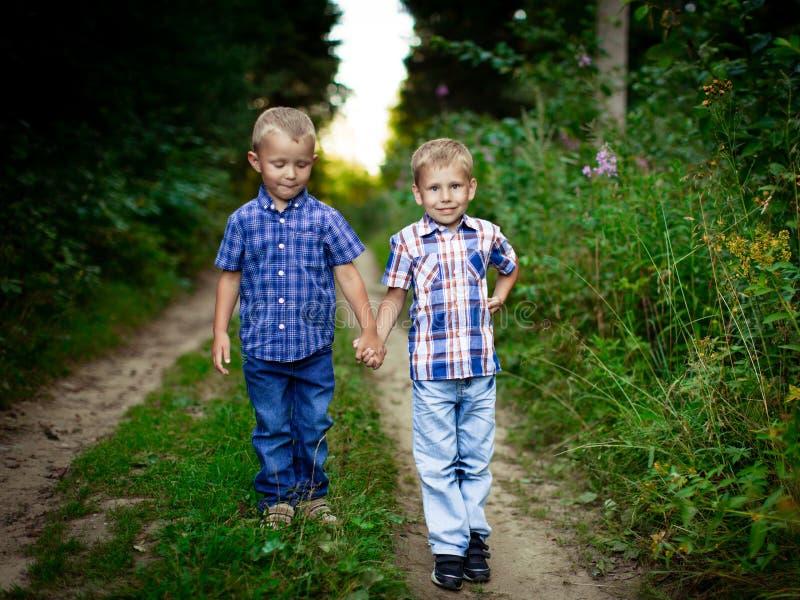 Deux frères s'étreignant extérieur photo libre de droits