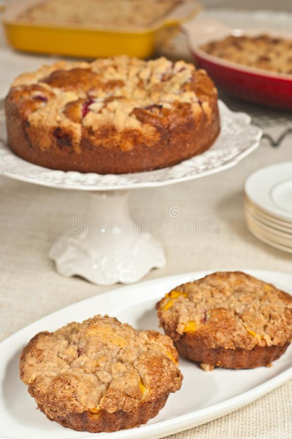 Deux fraîchement cuits au four, mini gâteaux au café faits maison de streusel de pêche images libres de droits