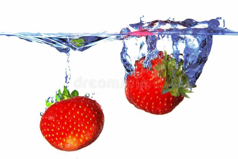 Deux fraises dans l'eau photos libres de droits