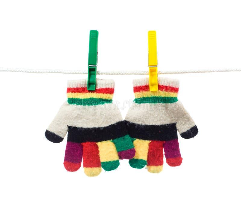 Deux gants de gosse sur la corde à linge images libres de droits