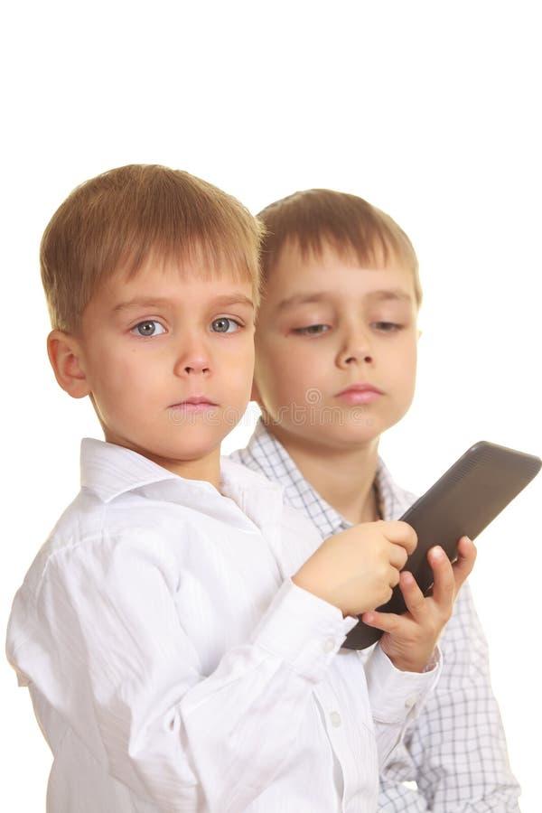 Deux garçons de affichage avec le livre électronique photographie stock