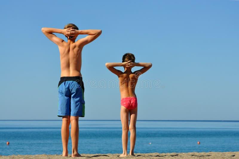 Deux garçons des vacances sur la mer. images stock