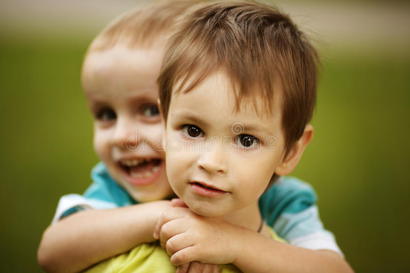 Deux garçons drôles photo libre de droits