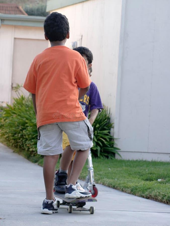Deux garçons ensemble images libres de droits
