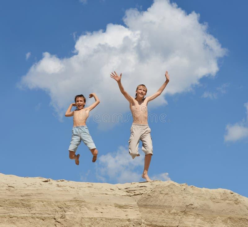 Deux garçons gais images libres de droits