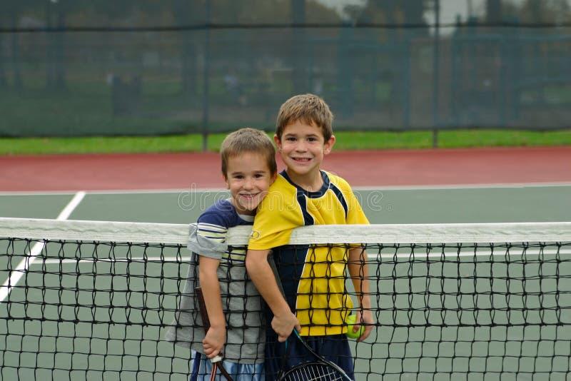 Deux garçons jouant au tennis photo libre de droits