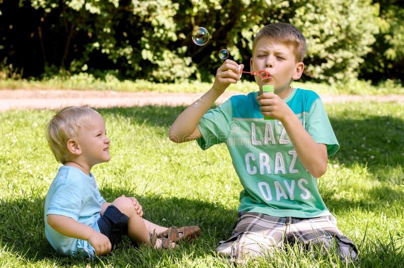 Download Deux Garçons Jouant Dans Le Jardin Photo stock - Image du jour, extérieur: 56486352
