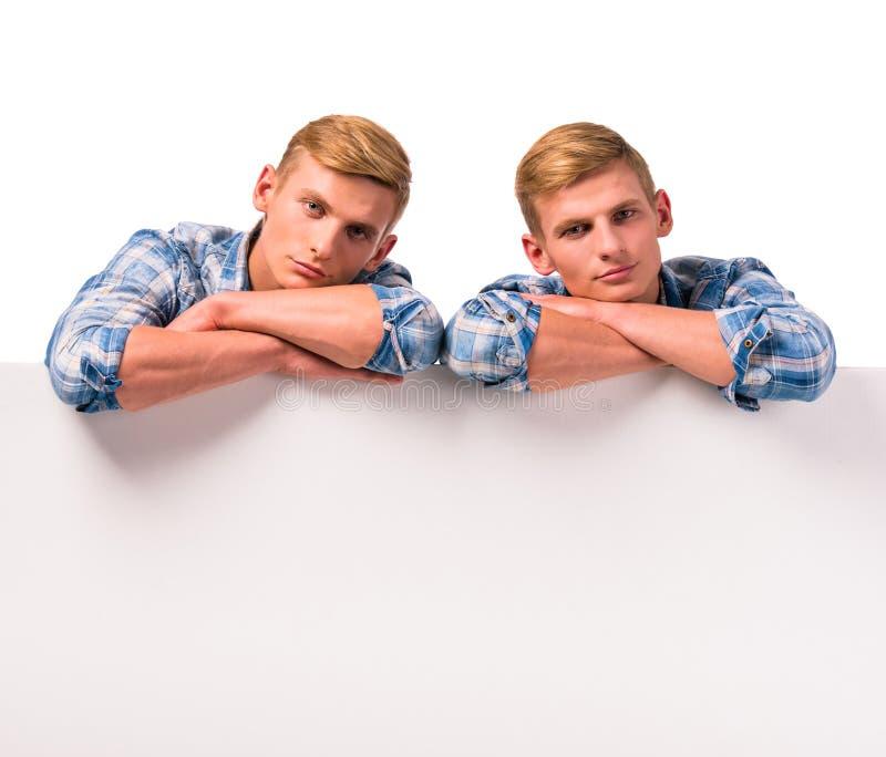 Deux garçons jumeaux photos libres de droits
