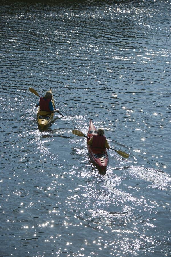 Deux garçons kayaking. image stock