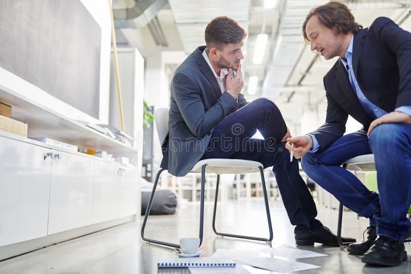Deux gens d'affaires dans le dialogue photos stock