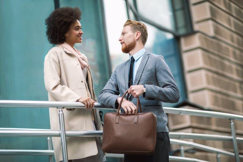 Deux gens d'affaires dans une conversation informelle photos libres de droits